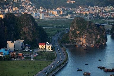 Quang Ninh : la baie de Ha Long vue du mont Bai Tho hinh anh 2