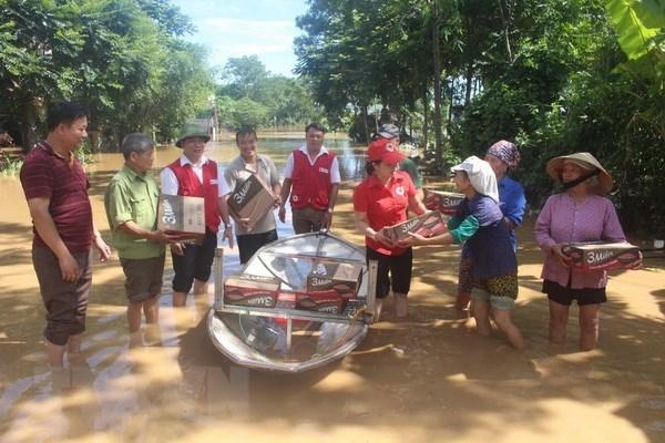 Aide d'urgence de la Croix-Rouge du Vietnam aux provinces touchees par les inondations hinh anh 1