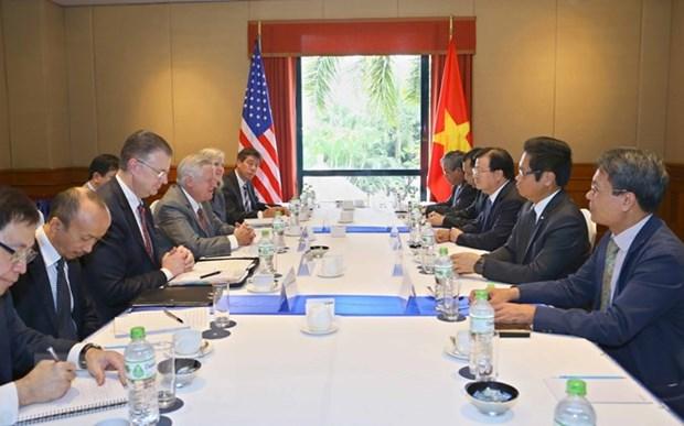 Le vice-PM Trinh Dinh Dung recoit des representants d'entreprises americaines hinh anh 1