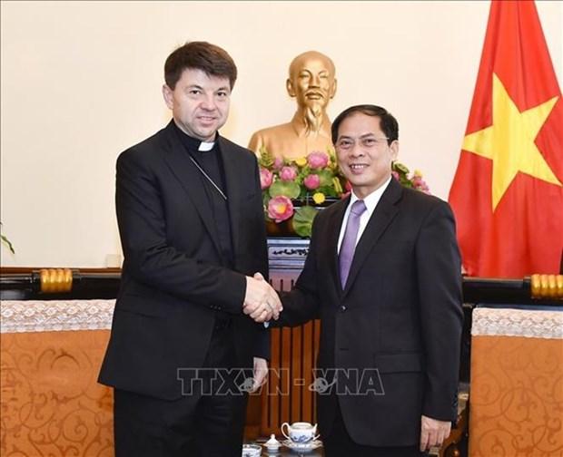 Le vice-ministre des AE Bui Thanh Son recoit l'envoye special non resident du Saint-Siege au Vietnam hinh anh 1