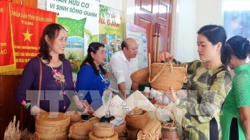 Vietnam et Laos cooperent pour developper le commerce frontalier hinh anh 1