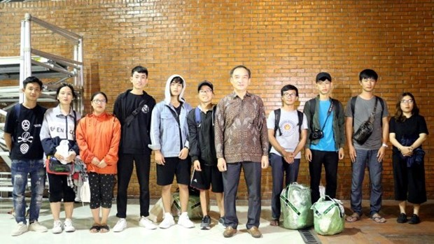 Seisme et tsunami en Indonesie : les 10 etudiants vietnamiens bloques a Palu emmenes a Jakarta hinh anh 1