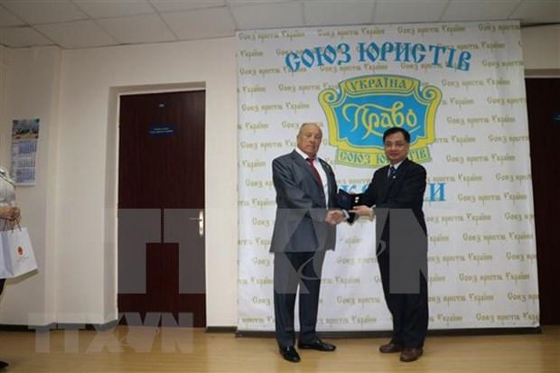 L'Ordre de l'Etat de droit et de la justice a l'ambassadeur du Vietnam en Ukraine hinh anh 1