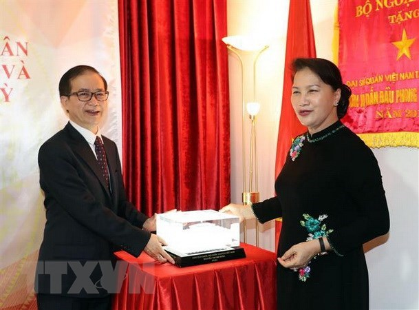 La presidente de l'AN Nguyen Thi Kim Ngan visite l'ambassade du Vietnam en Turquie hinh anh 1