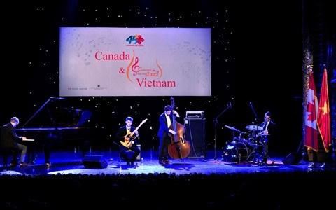 Canada - Vietnam : le groupe B's Bees s'anime lors d'un concert de jazz a Hanoi hinh anh 2