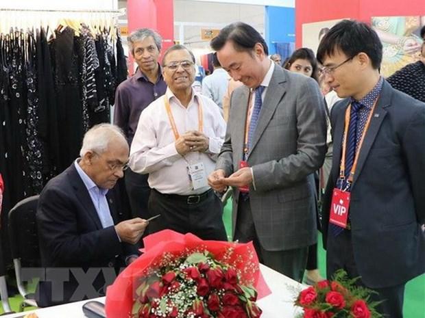 Des entreprises vietnamiennes participent au 6e Salon international de soie de l'Inde hinh anh 1