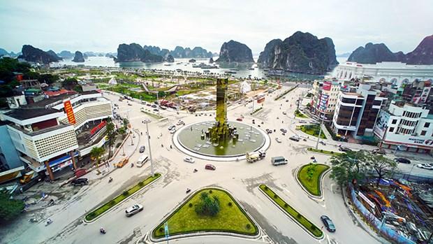 Faire de Ha Long une ville cotiere touristique moderne et civilisee hinh anh 1