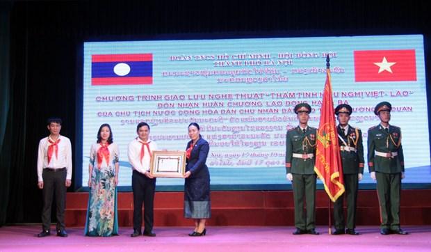 L'ecole Le Duan recoit l'Ordre du Travail du Laos hinh anh 1