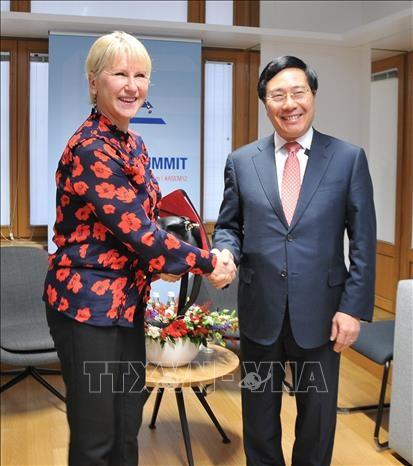 ASEM 12 : le chef de la diplomatie du Vietnam rencontre des responsables etrangers hinh anh 1