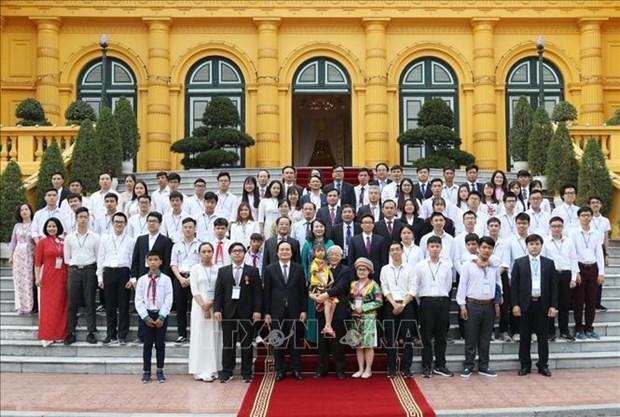 Le secretaire general et president Nguyen Phu Trong felicite les meilleurs etudiants hinh anh 1