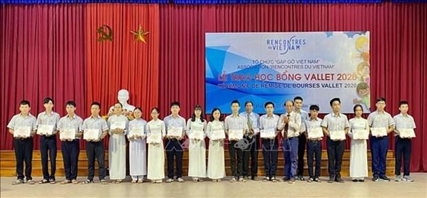 Plus de 200 eleves et etudiants de Thua Thien-Hue recoivent des bourses Vallet hinh anh 1