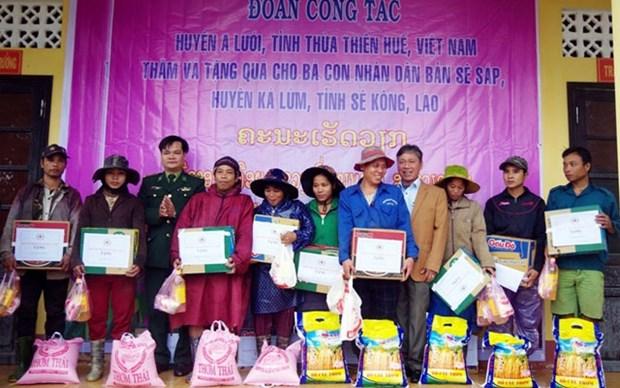 Thua Thien-Hue : des cadeaux offerts a des Laotiens hinh anh 1
