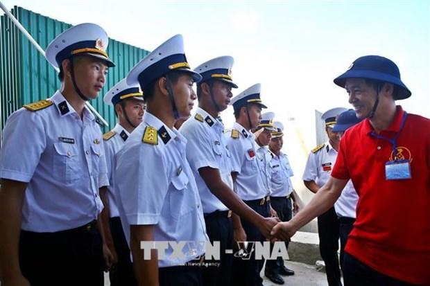 Remise de cadeaux du Tet aux habitants et aux soldats sur l'ile de Song Tu Tay hinh anh 1
