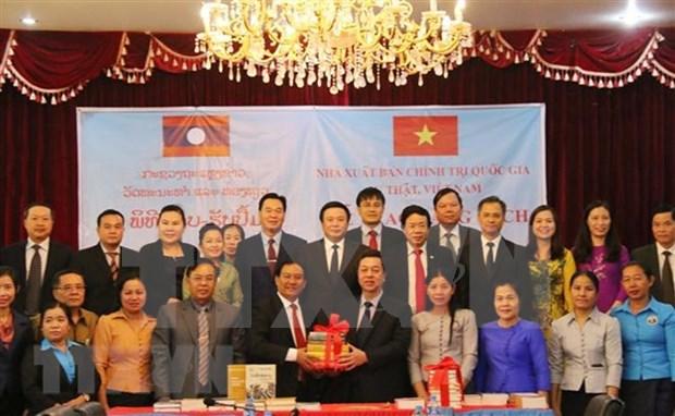 Remise des ouvrages sur la theorie politique du Vietnam au Laos hinh anh 1