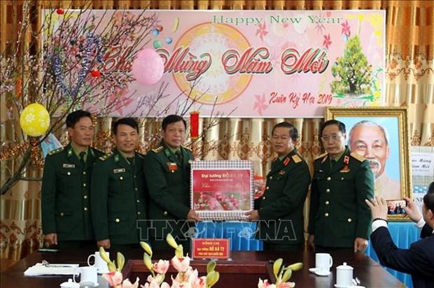 Tet traditionnel: cadeaux pour les soldats et les personnes dans le besoin a Lao Cai hinh anh 1