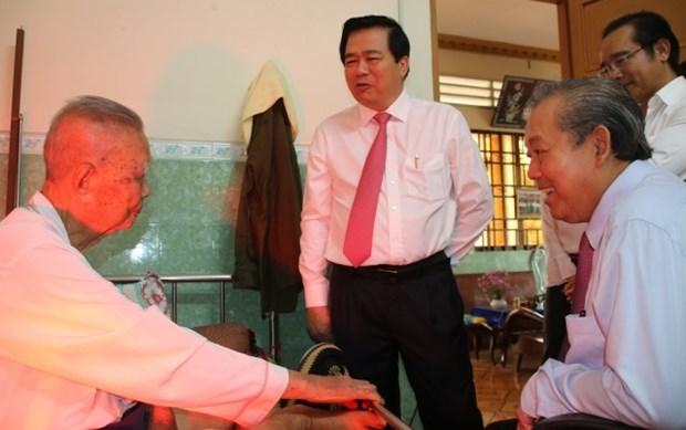 Des dirigeants presentent leurs vœux du Tet a Long An, Vinh Phuc et Kien Giang hinh anh 1