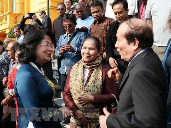 La vice-presidente Dang Thi Ngoc Thinh recoit des poetes et ecrivains etrangers hinh anh 1