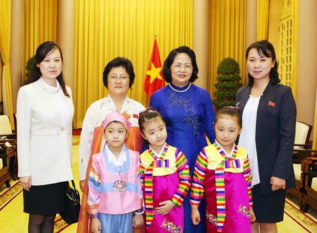 La vice-presidente Dang Thi Ngoc Thinh recoit une delegation de l'Association d'amitie RPDC-Vietnam hinh anh 1