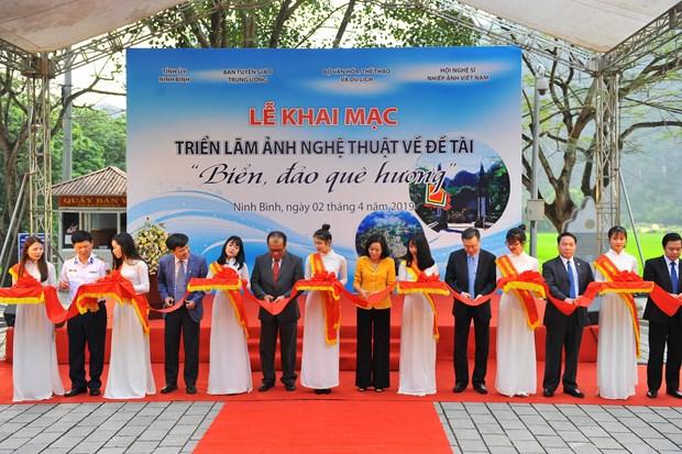 Exposition de photos « La mer et les iles de la Patrie » a Ninh Binh hinh anh 1