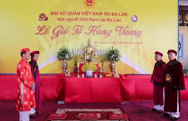 Des Vietnamiens en Ukraine et en Pologne celebrent la fete des rois fondateurs Hung hinh anh 2