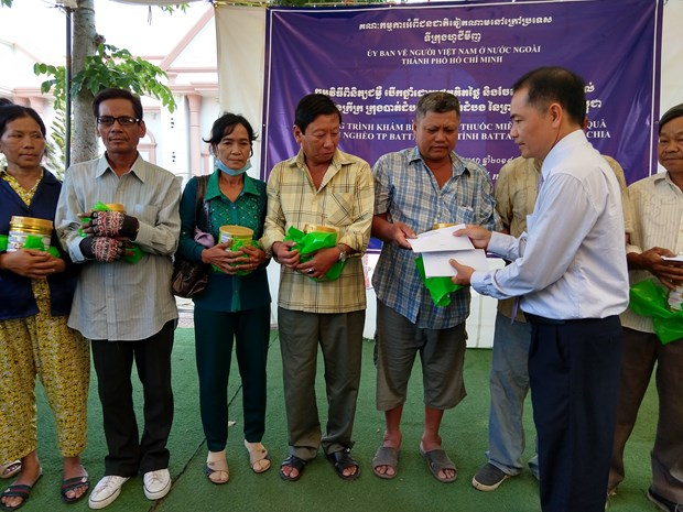 Cadeaux aux Viet kieu et habitants demunis au Cambodge hinh anh 1