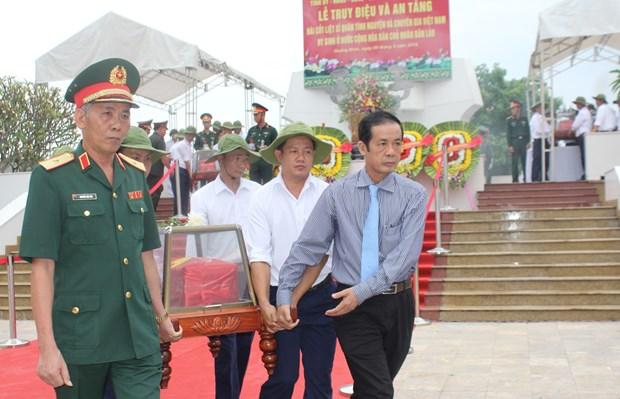 Quang Binh : inhumation des restes de 17 volontaires tombes au Laos hinh anh 1