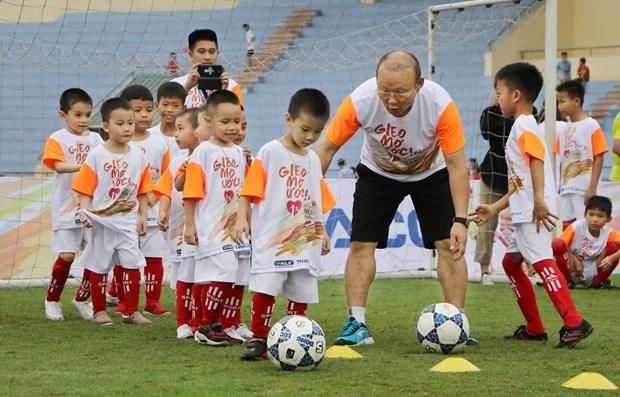 L'entraineur Park Hang-seo rend visite a des enfants defavorises a Phu Tho hinh anh 1