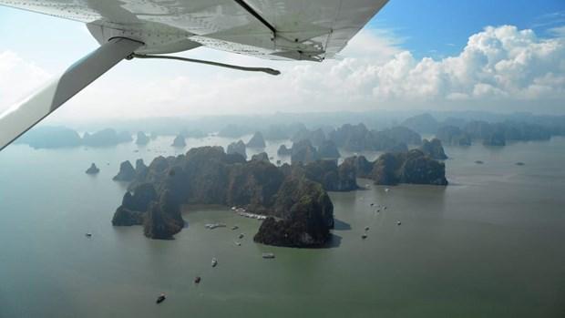 CNN Travel : Faire un vol en helicoptere au-dessus de la baie d'Ha Long est une nouvelle experience hinh anh 2