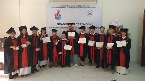 Douze techniciens d'orthopediques obtiennent leur diplome de fin d'etudes hinh anh 1