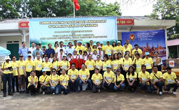 L'ambassade de Thailande offre des cadeaux aux ecoliers demunis de Thai Nguyen hinh anh 1