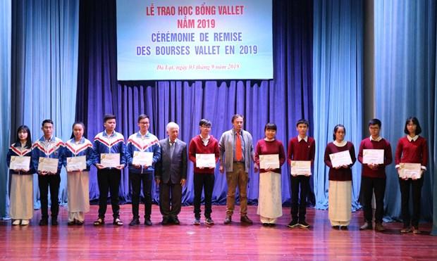 Remise de 179 bourses Vallet a des etudiants vietnamiens hinh anh 1