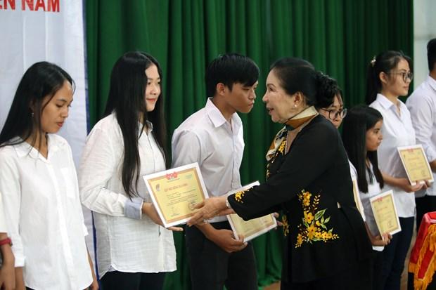 Ho Chi Minh-Ville: 200 bourses d'etudes remises a des eleves et etudiants en difficulte hinh anh 1