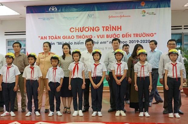 Gia Lai : Plus de 1.300 casques de moto offerts a des eleves du primaire hinh anh 1
