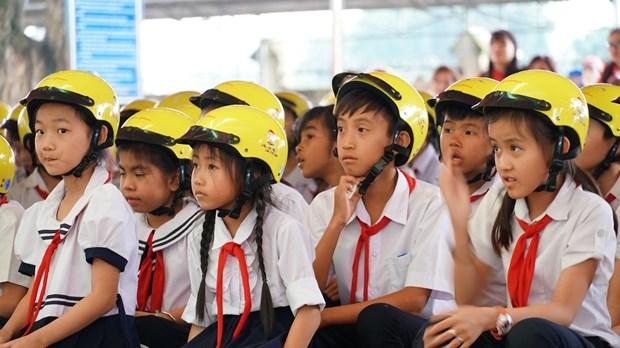 Gia Lai : Plus de 1.300 casques de moto offerts a des eleves du primaire hinh anh 2