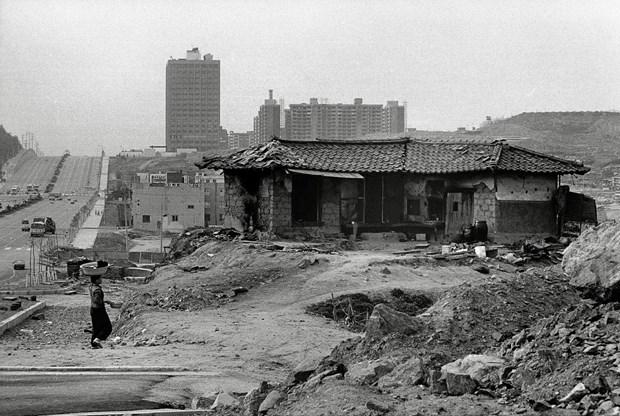 L'exposition de photos sur le processus d'urbanisation de Seoul a Hanoi hinh anh 1