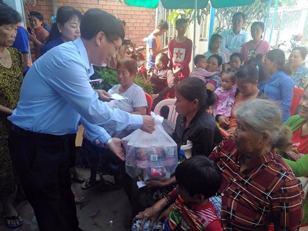 L'ambassade du Vietnam au Cambodge soutient les habitants touches par des inondations hinh anh 1