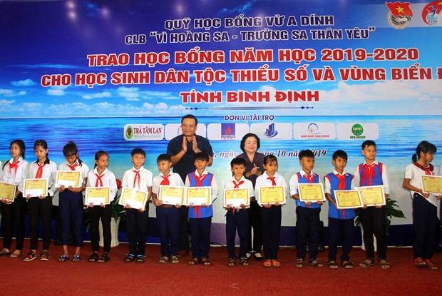 Binh Dinh: 110 bourses d'etudes remises a des eleves en difficulte hinh anh 1