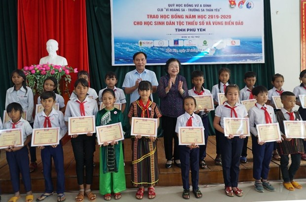 Remise de 110 bourses d'etudes a des eleves en difficulte a Phu Yen hinh anh 1