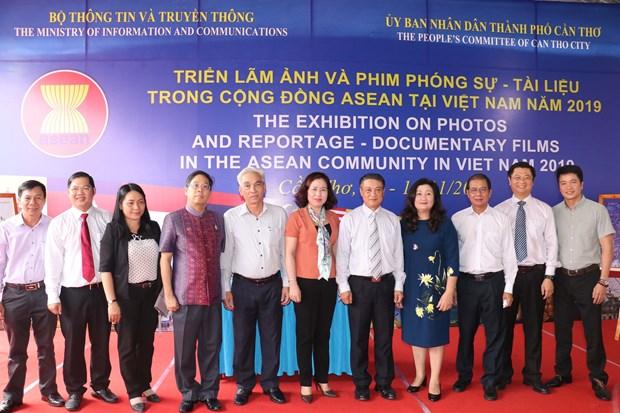 Exposition de photos et de documentaires sur la communaute de l'ASEAN a Can Tho hinh anh 1