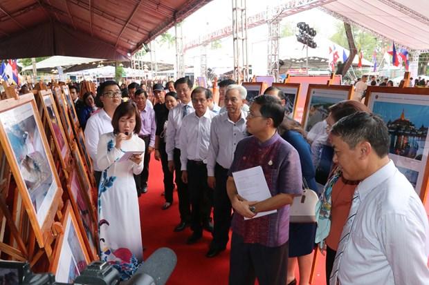 Exposition de photos et de documentaires sur la communaute de l'ASEAN a Can Tho hinh anh 2