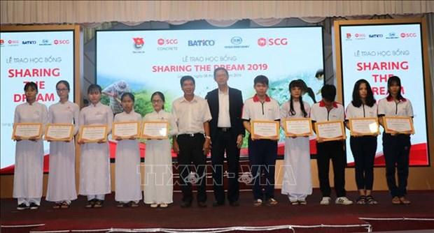Le groupe thailandais SCG remet des bourses a des eleves vietnamiens hinh anh 1