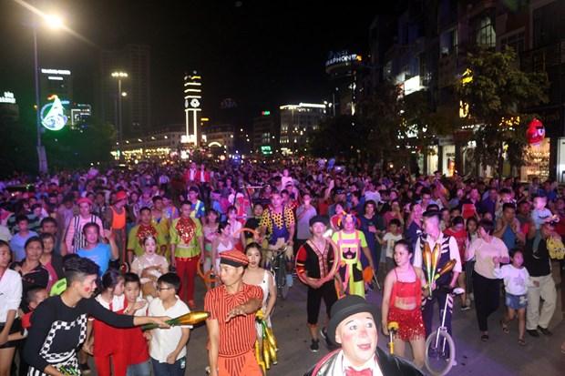 Festival mondial du cirque 2019 : Un defile d'art circassien de rue attire l'attention du public hinh anh 2