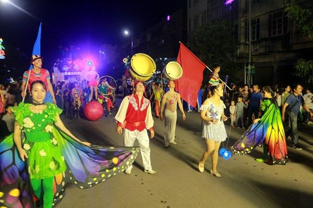 Festival mondial du cirque 2019 : Un defile d'art circassien de rue attire l'attention du public hinh anh 1