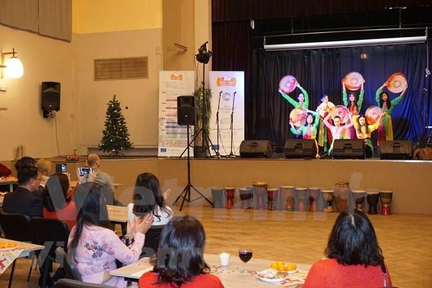 La culture vietnamienne presentee lors d'un festival de Noel a Plzen (R. tcheque) hinh anh 1