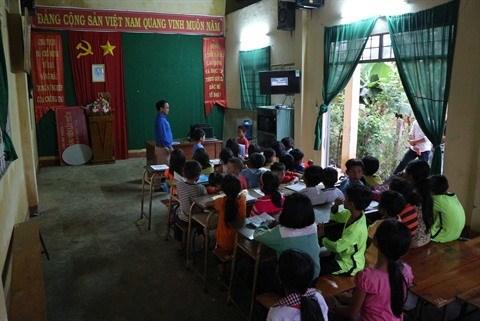 Il donne des cours d'anglais gratuits aux eleves K'Ho hinh anh 1