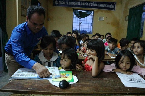 Il donne des cours d'anglais gratuits aux eleves K'Ho hinh anh 3