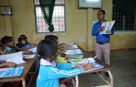 Il donne des cours d'anglais gratuits aux eleves K'Ho hinh anh 2