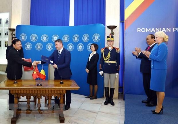 Conference de presse entre les deux Premiers ministres du Vietnam et de la Roumanie hinh anh 1