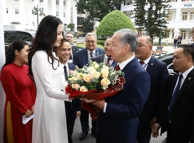 Le president de la Chambre basse kazakh visite l'Universite de Hanoi hinh anh 1