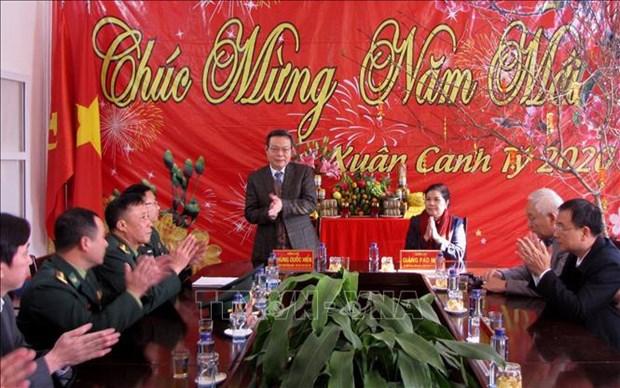 Tet du Rat: des dirigeants offrent des cadeaux aux habitants des localites hinh anh 1